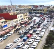 تنافس بين أرباب محلات ومنازل على احتلال الأرصفة:تاونات.. مدينة عمرها 40 سنة وعاصمة إقليم بدون أرصفة